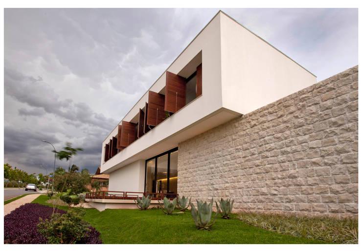Casas de estilo  por ANDRÉ BRANDÃO + MÁRCIA VARIZO arquitetura e interiores