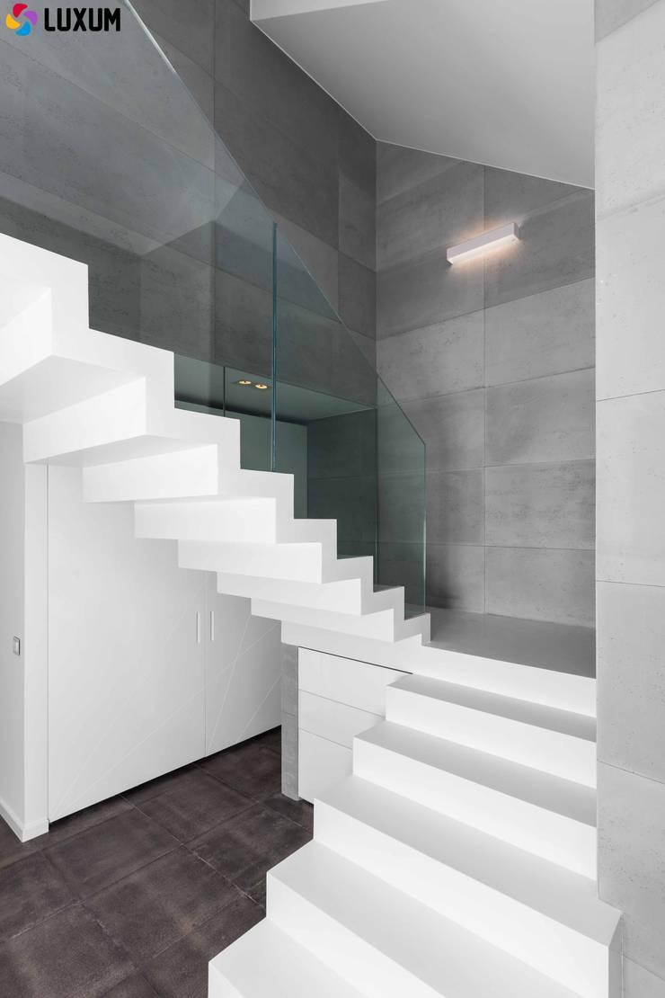 Beton architektoniczny we wnętrzu: styl , w kategorii Korytarz, przedpokój zaprojektowany przez Luxum,