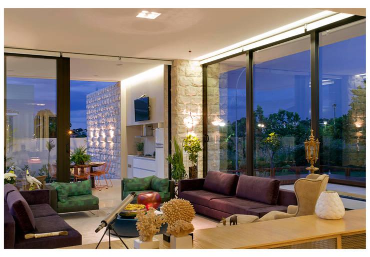 Salas de estilo  por ANDRÉ BRANDÃO + MÁRCIA VARIZO arquitetura e interiores