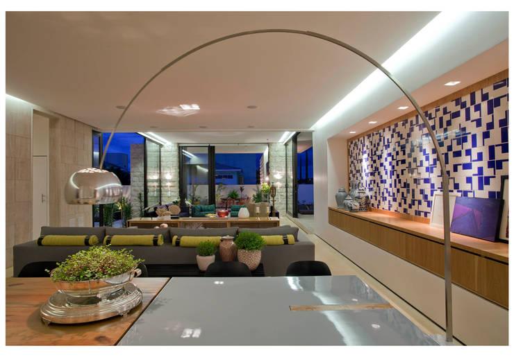 Comedores de estilo  por ANDRÉ BRANDÃO + MÁRCIA VARIZO arquitetura e interiores