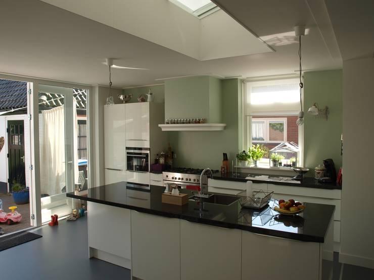 Open keuken:  Keuken door Delta architectuur, Modern