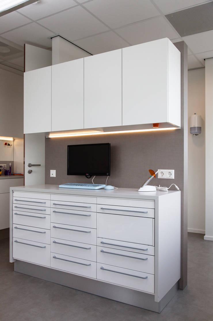 Tandartsenpraktijk:  Gezondheidscentra door DecoLegno, Modern Spaanplaat