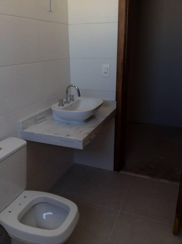 Banho Suite: Banheiros  por Vanda Carobrezzi - Design de Interiores