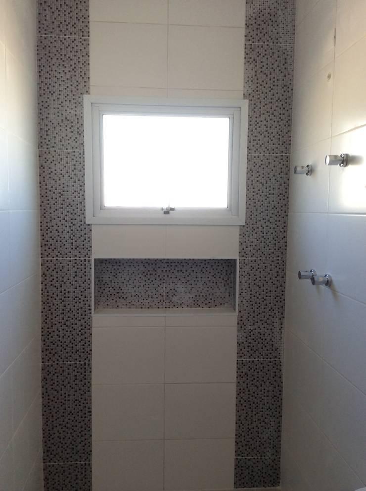 Banho Suite - Nicho revestido: Banheiros  por Vanda Carobrezzi - Design de Interiores