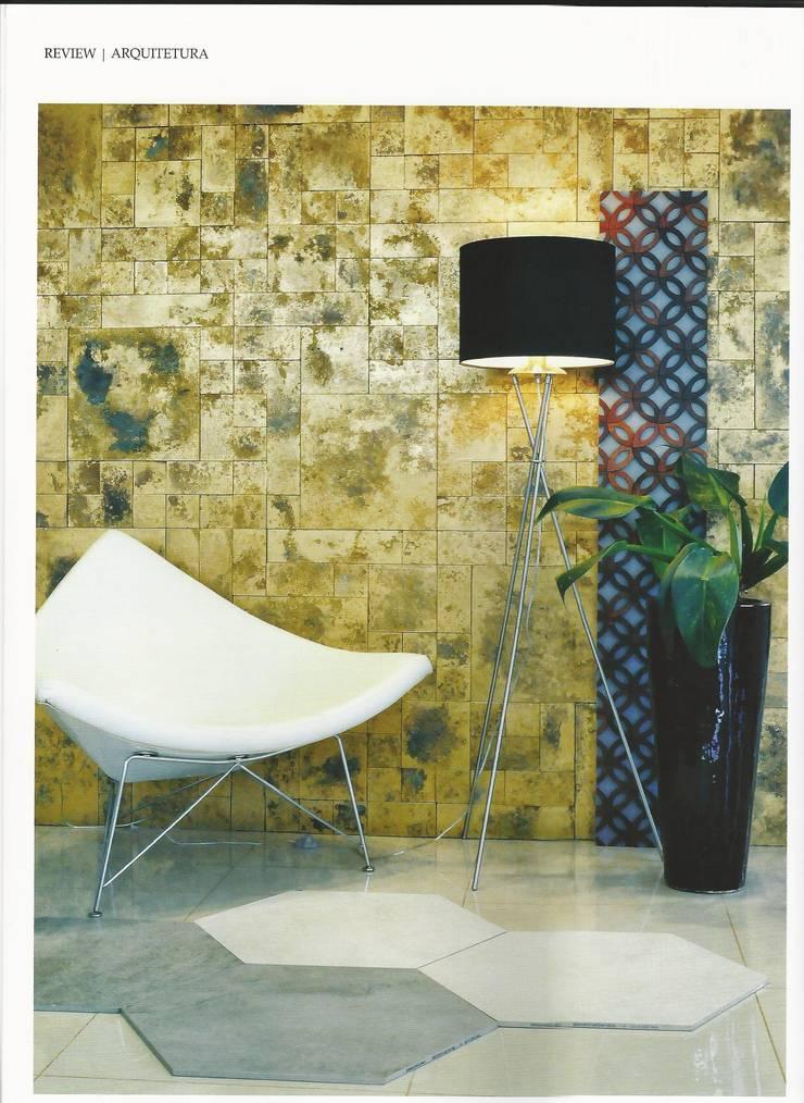 Casa Rara Acabamentos: Sala de estar  por Clara Vicente Arquitetura