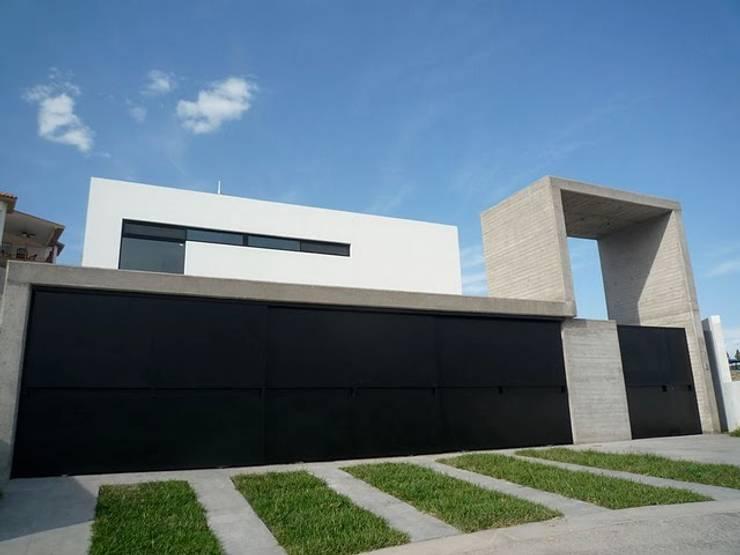 CASA TG : Casas de estilo  por planeta diseño + construcción SA de CV