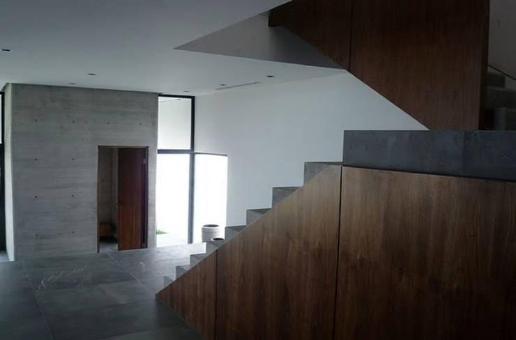 CASA TG : Pasillos y recibidores de estilo  por planeta diseño + construcción SA de CV