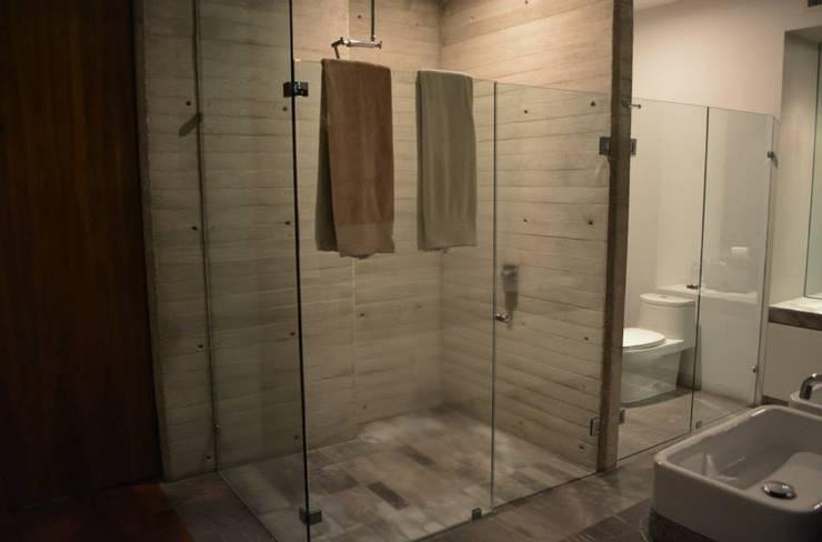 CASA TG : Baños de estilo  por planeta diseño + construcción SA de CV