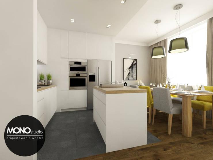 Nowoczesna otwarta na salon kuchnia w minimalistycznym charakterze z dodatkiem ciepłego drewna i koloruNowoczesna otwarta na salon kuchnia w minimalistycznym charakterze z dodatkiem ciepłego drewna i koloru: styl , w kategorii Kuchnia zaprojektowany przez MONOstudio