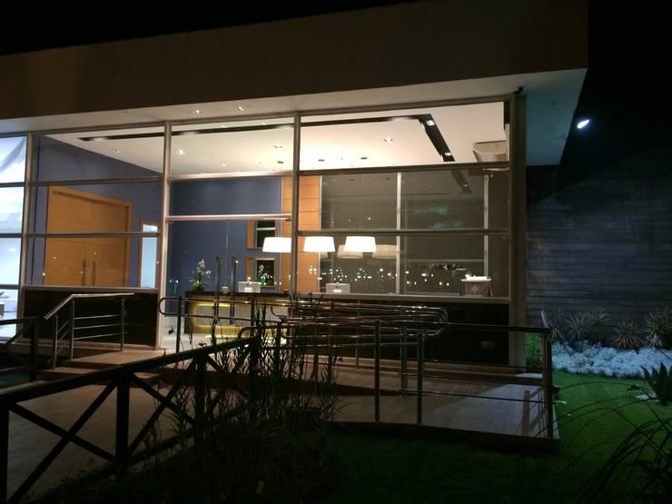 Projeto corporativo sóbrio e elegante por Lucio Nocito Arquitetura : Casas  por Lucio Nocito Arquitetura e Design de Interiores