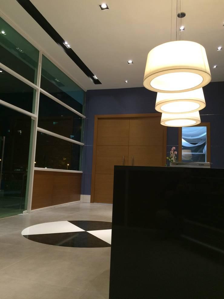 Projeto corporativo sóbrio e elegante por Lucio Nocito Arquitetura : Corredores e halls de entrada  por Lucio Nocito Arquitetura e Design de Interiores
