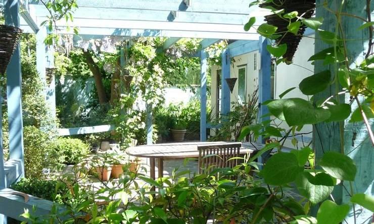 Jardines de estilo rústico por Aralia