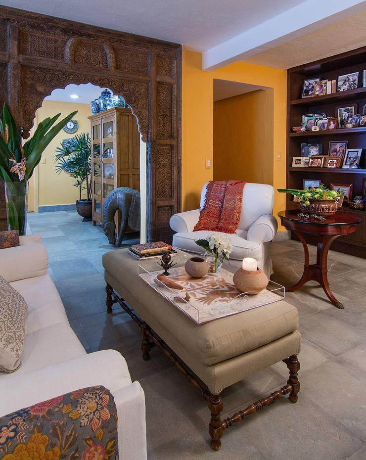 Residencia Tepoztlán: Salas de estilo  por Olivia Aldrete Haas