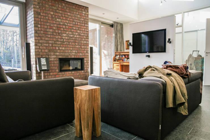 Wohnzimmerdekoration:  Wohnzimmer von Frank Scheiter Wohnkonzepte