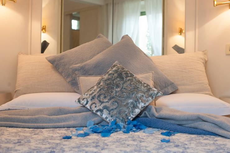 PARIOLI SUITE 67 -   PRIMA&DOPO  una NUOVA LOCATION : Camera da letto in stile  di Loredana Vingelli Home Decor