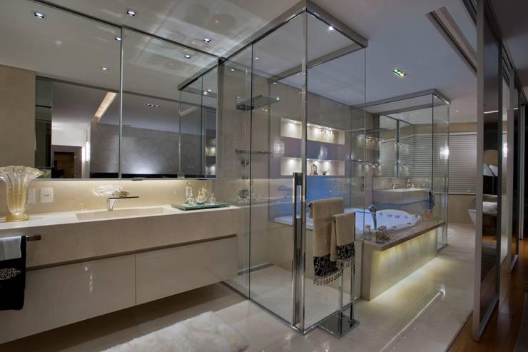 Apartamento P.P.N.R: Banheiros modernos por Bellini Arquitetura e Design