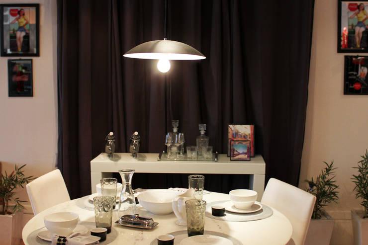 Linhas Modernas: Sala de jantar  por Cromalux Sistemas de Iluminação Ltda