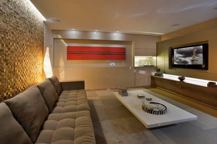Apartamento P.P.N.R: Salas multimídia modernas por Bellini Arquitetura e Design