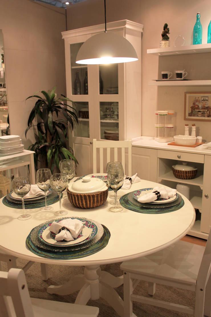 Chá da tarde: Sala de jantar  por Cromalux Sistemas de Iluminação Ltda