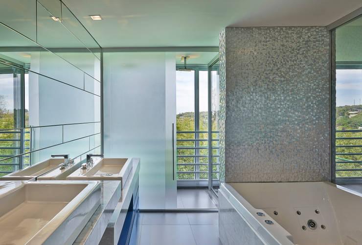 Sítio P.P.N.R: Banheiros modernos por Bellini Arquitetura e Design