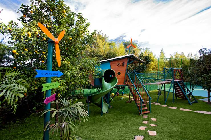 Sítio P.P.N.R: Jardins modernos por Bellini Arquitetura e Design