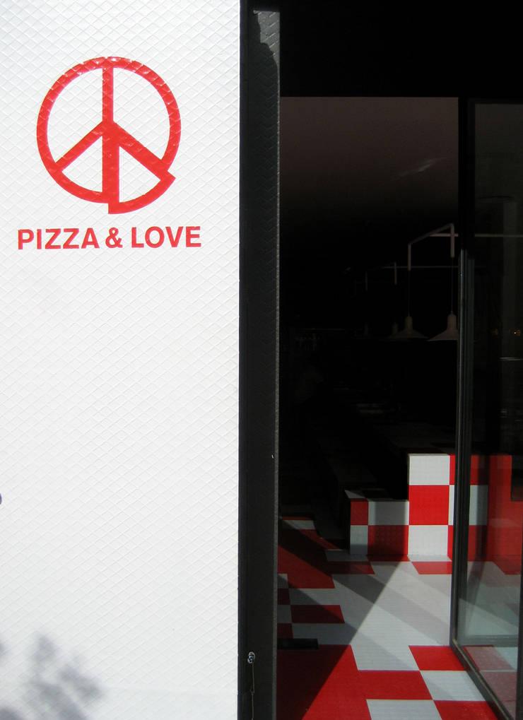 Pizza&Love: Corredores e halls de entrada  por LOLA