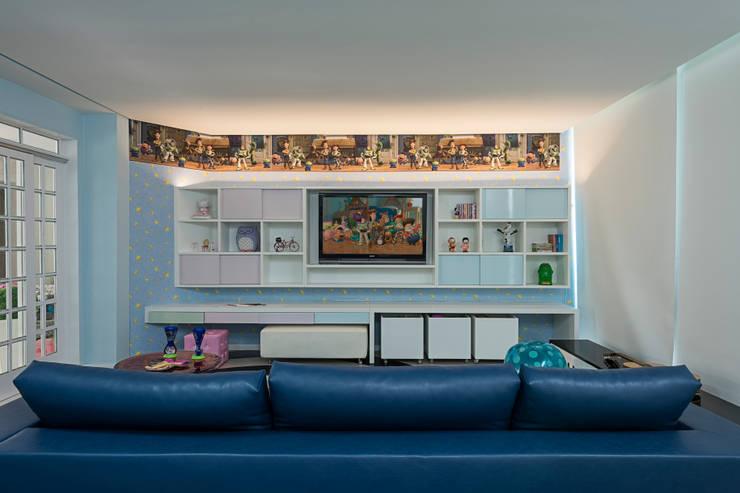 Sítio P.P.N.R: Quarto infantil  por Bellini Arquitetura e Design
