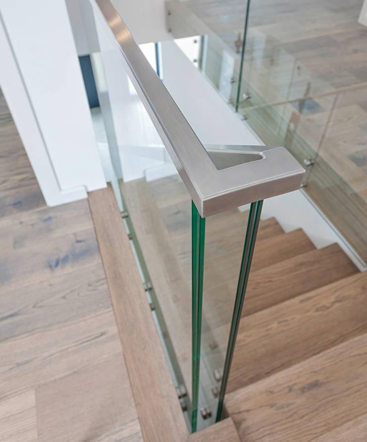 ST863 Schody dywanowe ze szklaną balustradą i pochwytem ze stali szlachetnej: styl , w kategorii Korytarz, przedpokój zaprojektowany przez Trąbczyński,Nowoczesny Drewno O efekcie drewna