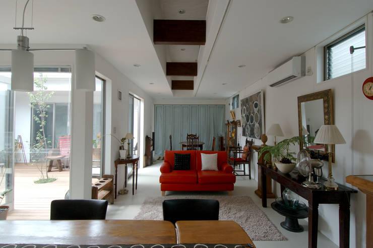 自然を感じる家で暮らす: スタジオ・ベルナが手掛けたリビングです。