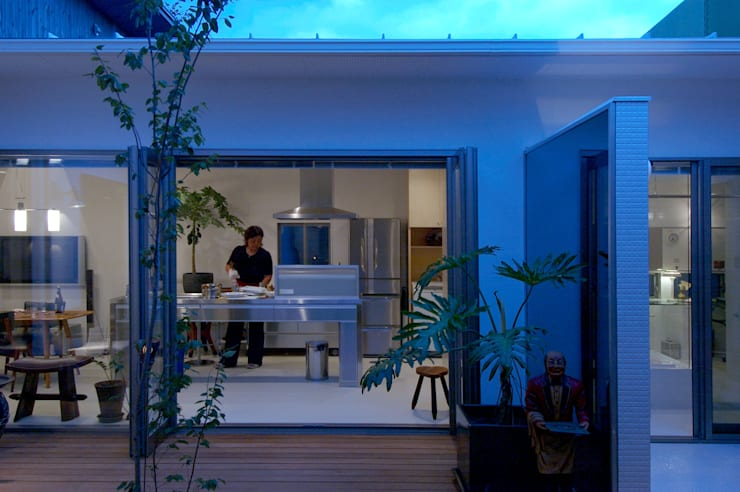 自然を感じる家で暮らす: スタジオ・ベルナが手掛けたキッチンです。