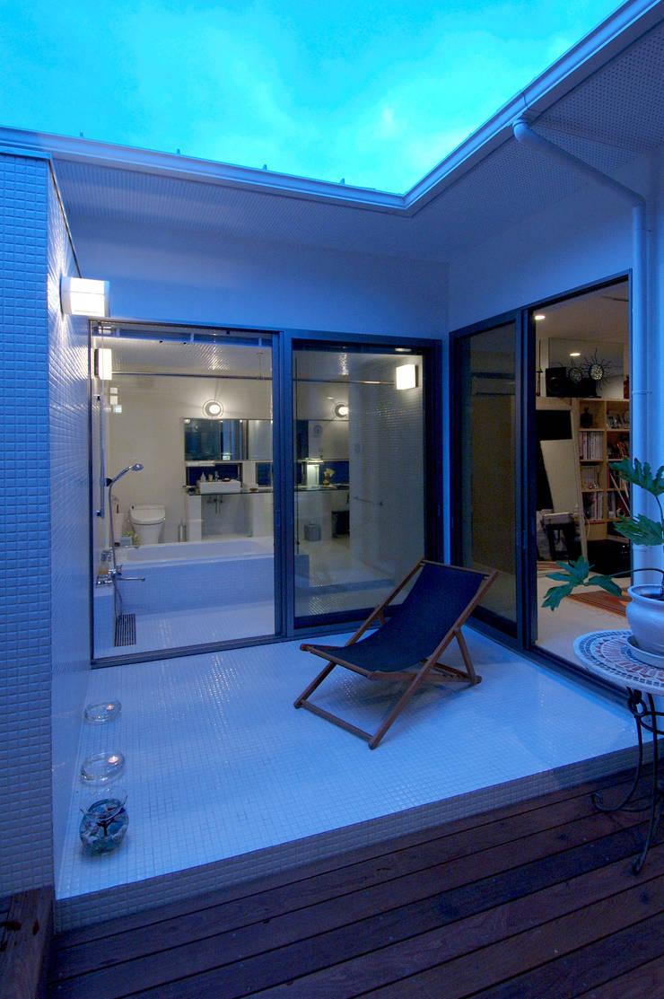自然を感じる家で暮らす: スタジオ・ベルナが手掛けた浴室です。