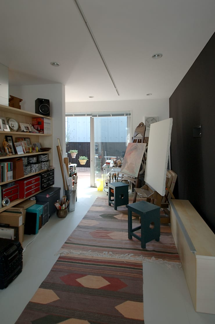 自然を感じる家で暮らす: スタジオ・ベルナが手掛けた書斎です。