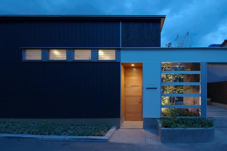 自然を感じる家で暮らす: スタジオ・ベルナが手掛けた家です。