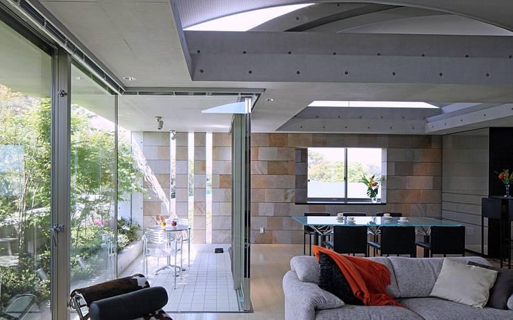 二段テラスの家: AMO設計事務所が手掛けたテラス・ベランダです。