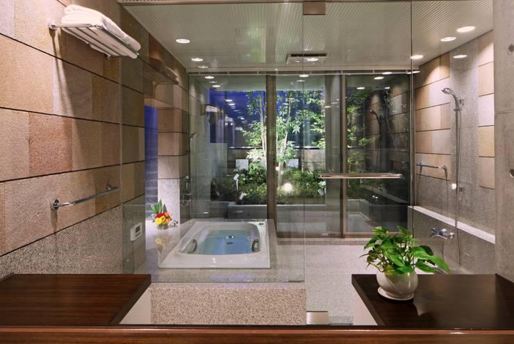 二段テラスの家: AMO設計事務所が手掛けた浴室です。