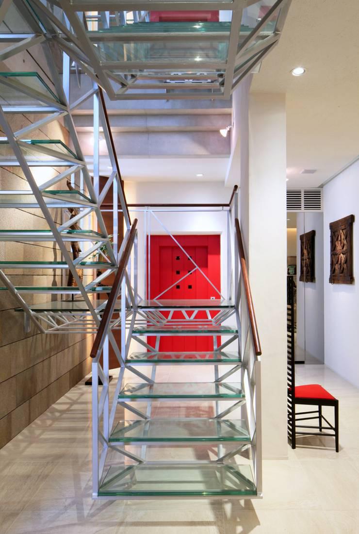 Nの家: AMO設計事務所が手掛けた廊下 & 玄関です。