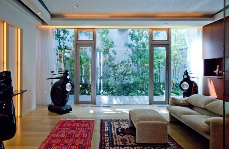 Nの家: AMO設計事務所が手掛けたリビングです。