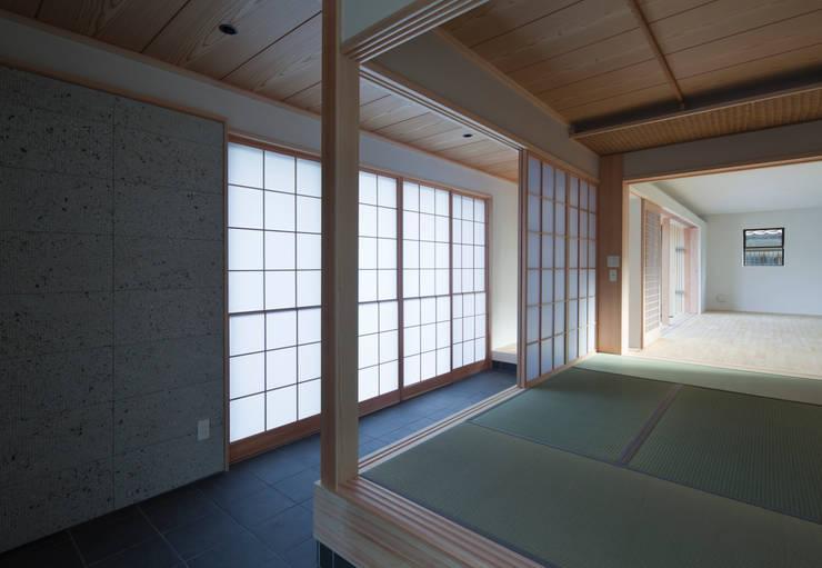 玄関通り土間: ろく設計室が手掛けた廊下 & 玄関です。