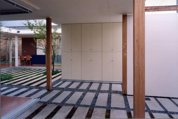 Garage/shed by スタジオ・ベルナ