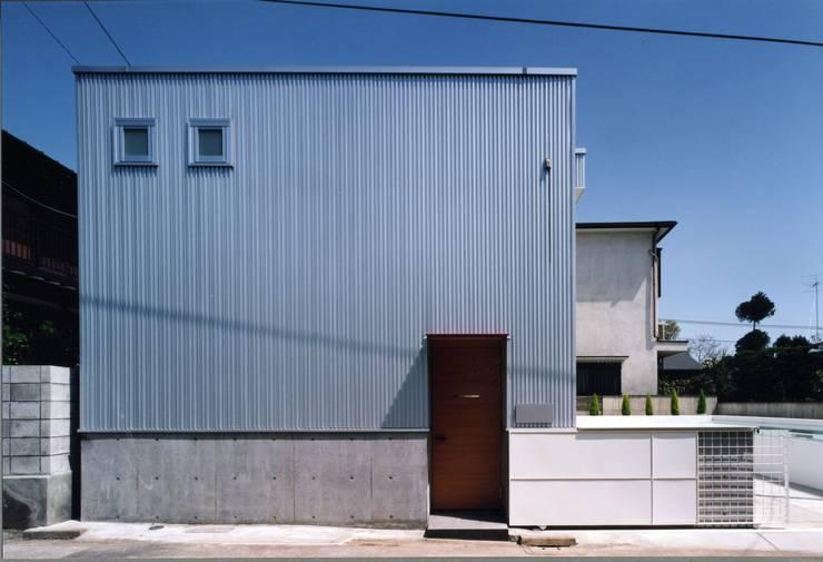 吹き抜けが家族を繋ぐ: スタジオ・ベルナが手掛けた家です。