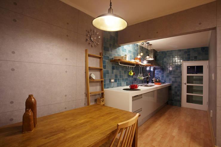 잉여주택: designvom의  주방