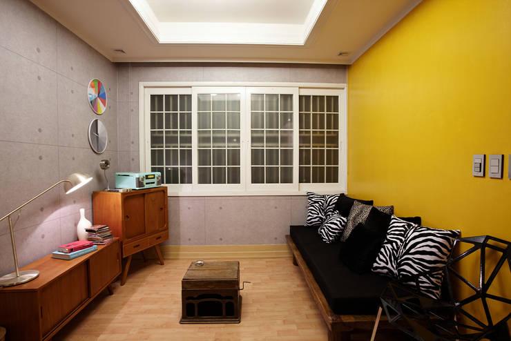 잉여주택: designvom의  거실