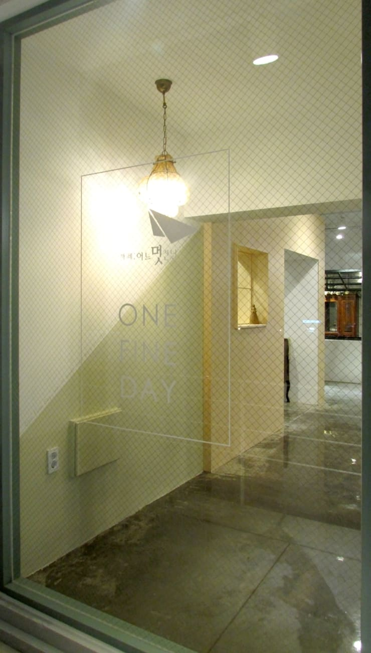 CAFE: One Fine Day: designvom의  거실
