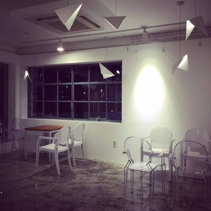 Lighting Installation at Cafe: One Fine Day: designvom의  거실