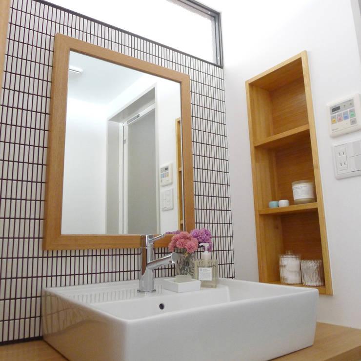 Baños de estilo moderno de 株式会社K's建築事務所 Moderno Madera Acabado en madera