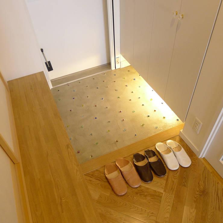 Pasillos, vestíbulos y escaleras de estilo moderno de 株式会社K's建築事務所 Moderno Madera Acabado en madera