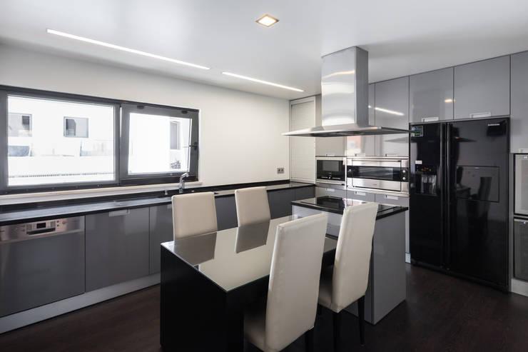 Projekty,  Kuchnia zaprojektowane przez JPS Atelier - Arquitectura, Design e Engenharia