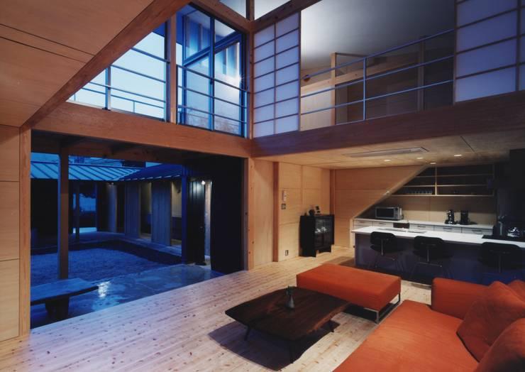 備前の家: 伊東建築計画室が手掛けたリビングです。