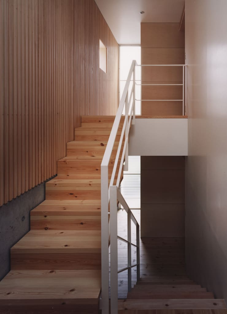 新千里南町: 伊東建築計画室が手掛けた廊下 & 玄関です。,
