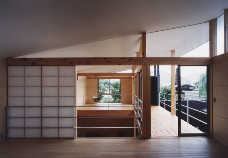 備前の家: 伊東建築計画室が手掛けた廊下 & 玄関です。
